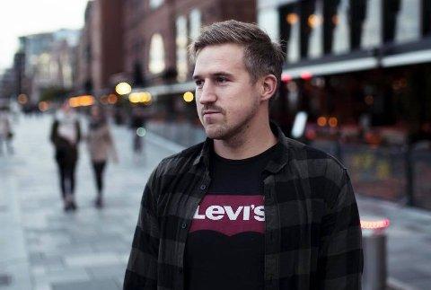 RYSTET: Morten Granhaug (35) fra Løten fikk hjertestopp på fotballbanen i 2016. Tankene raste igjennom hodet da han så Danmarks Christian Eriksen segne om under EM-kampen lørdag.