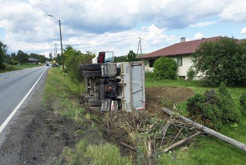 Lastebilen fulgte grøfta i mange meter og rev med seg en lyktestolpe, før den veltet ut i hagen lastet med 10 tonn jord og stein.