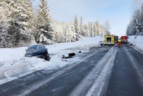 KRAFTIG SMELL: Ulykken har skjedd på riksvei 35 ved Kjemperudmyra. Foto: Eirik Gullord