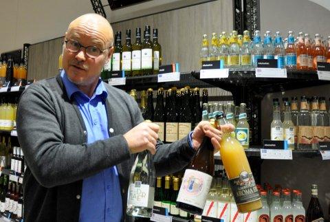 PÅSKE: Det kan vært lurt å passe på åpningstidene i påsken. Her er Terje Hæhre Pedersen på Vinmonopolet i Hønefoss. Bildet er fra en tidligere anledning.