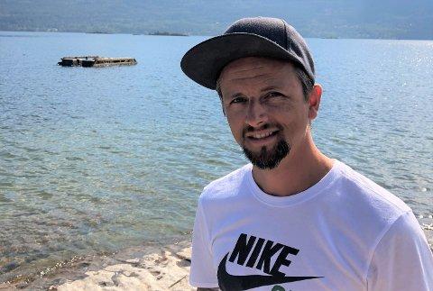 - TA ANSVAR: Eivin Rosèn sitter i styret i velforeningen i Nedre Steinsåsen. Nå håper han de som har veltet flytebrygga kommer og ordner opp.