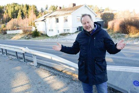 IKKE NOE VARSEL: Svein Vargan fikk ikke noe forvarsel om arbeidene utenfor sovesomsvinduet i bakgrunnen.