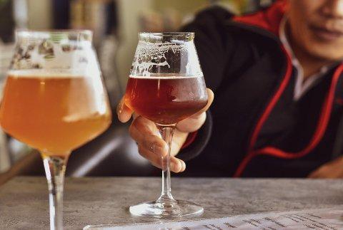 MÅTEHOLD: Nå advarer flere fagpersoner mot å bli for hard på flaska mens man er isolert fra venner og bekjente.