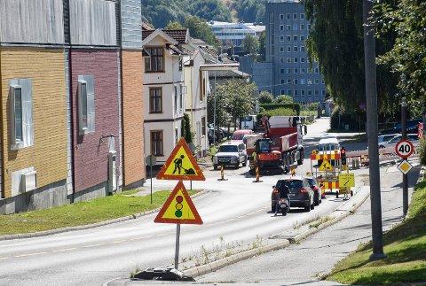 STENGER IGJEN: Her blir det ikke lenger mulig å kjøre rett fram. For tiden arbeides det med å legge nytt fortau i svingen ved Holmboes gate.
