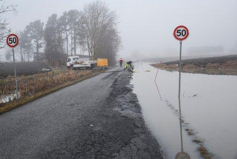 VEIEN STENGT: Mannskaper fra Hole kommune var ute for å pumpe vekk vann fra Selteveien tirsdag morgen.