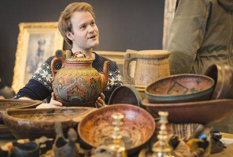 Antikvitetsekspert hos Blomqvist Nettauksjon, Alexander Foss er dypt imponert over den rosemalte kannen fra Tinn. Foto: BLOMQVIST