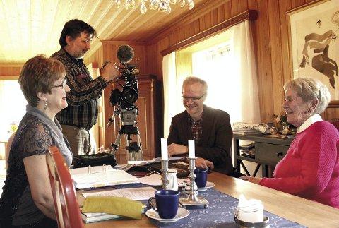 Intervjuet: Elisabeth Lunder (t.v.) og hennes tante, Dagny Øvergaard (t.h.) blir intervjuet av den tyske journalisten Gunnar Köhne (sittende). Fotograf er Gokhan Acun.Foto: Espen Børrestuen