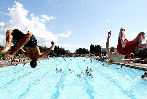 «NEBBEN»: Anja Holt og ungene har hatt mange opplevelser på Nebbursvollen. Også i sommer planlegger de turer til Lillestrøms populære badeanlegg.FOTO: ARKIV