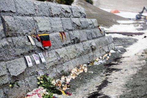 BLE MINNET: Kort tid etter skredet ble de tre omkomne minnet med bilder, blomster og lys, like ved skredstedet.