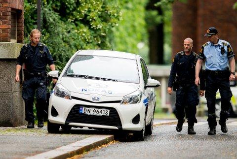 BOMBE: I denne bilen hadde vekteren den bombeliknende gjenstanden, som ifølge hans forklaring var funnet på jobben ved en tidligere anledning.