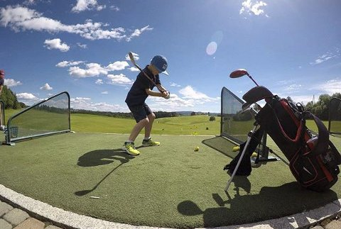 Vinner uke 25: Bildet av Max har skikkelig driv.  Jeg liker skyggen av gutten og golfkølla. Det gjør motlysbildet blir mer spennende.Foto: Alex Backsæther