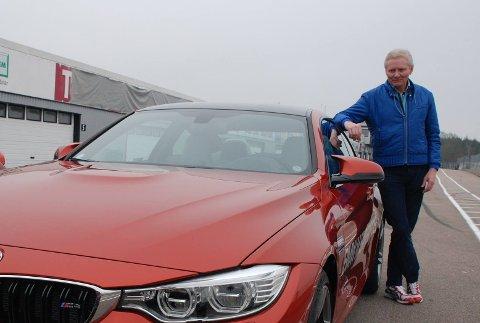 SAMMENLIGN: Stein Pauli Nilsen, formann i Norsk Sportsvogn Klubb, sier det er lurt å sammenligne prisen på den aktuelle bilen i Norge og utlandet. Det er ikke nødvendigvis slik at bilene er billigere utenfor Norge. FOTO: Privat