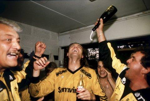 Stein Amundsen blir dynket  i champagne etter at gullet er sikret i 1989. Fra venstre Jan Jensen, Amundsen, Jan Ove Pedersen og  Finn Bjerk. Foto: Jan T. Espedal
