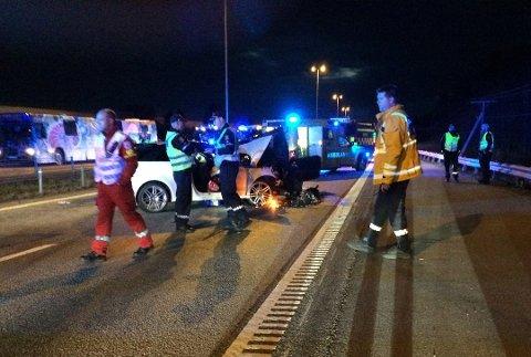 KNUST: Kvinnens hvite Audi har fått fronten knust av eidsvollingens BMW. Mannen kom fra det med lettere skader, mens hun ble kritisk skadet.