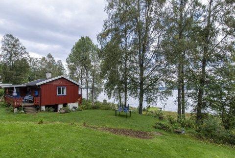 Paradis på jord: Hytta ble først bygd i 1960 og var på 9 kvadratmeter. I 1970 ble den utvidet til 40 kvadratmeter. Til høyre i bildet skimtes brygge med båtplass.