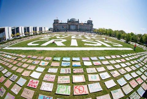 Aktivister fra Fridays for Future har lagt plakatene sine med krav om klimahandling utenfor Reichstag i Berlin. Foto: Kay Nietfeld / dpa via AP / NTB scanpix