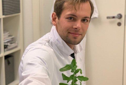Ole-Mikal Fløgstad fra Jessheim viser fram byodlet ruccola.
