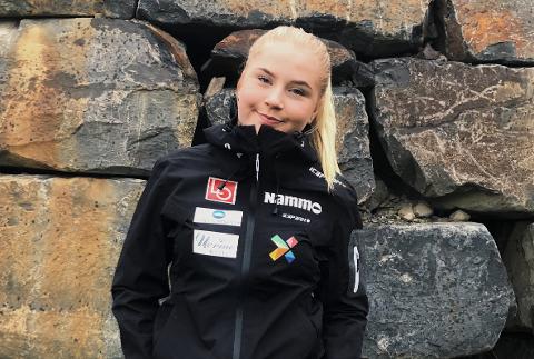 STORT: Frida Berger (15) fra Røykenhopp er den første jenta i klubben som har fått hoppe i Continnental Cupen. - Det var stort, sier hun. Foto: Privat