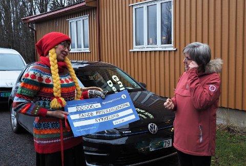 BLE RØRT:  Nå måtte jeg felle en tåre, sa Toril Andersen da hun mottok sjekken pålydene 100 000 kroner fra Kathrine Kleveland som representerte Gjensidigestiftelsen.