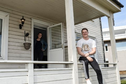 TERRASSE: Både gressplen og en liten terrasse hører med til leiligheten. Andreas trives godt allerede. I døra kjæresten Marie.