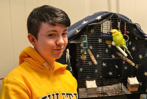 Tyler Lund Jensen (17) har fått igjen sin kjære undulat Kompiz, etter at den stakk av hjemmefra.