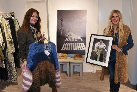 KUNST I BUTIKK: Britt Hansen «Hos oss» i Jernbanealleen og kunstner Anita Buset fra Nøtterøy har funnet hverandre. Nå skal arbeidene til Buset selges i butikken – og henger side om side med kolleksjonene. FOTO: Vibeke Bjerkaas