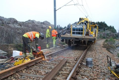 Reparasjon av skader på sporet krever noen timer uten togtrafikk, som her fra en tidligere arbeidsperiode på Jærbanen. Foto: Bane NOR/Ingunn Halvorsen