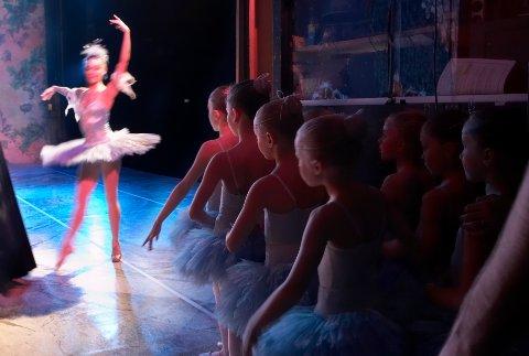 Barna (snefnuggene) fra Operaens ballettskole står bak scenen og titter spent på  Clair Constant som Snedronning under øvelsen av Nøtteknekkeren i Oslo ved en annen anledning. Arkivfoto.