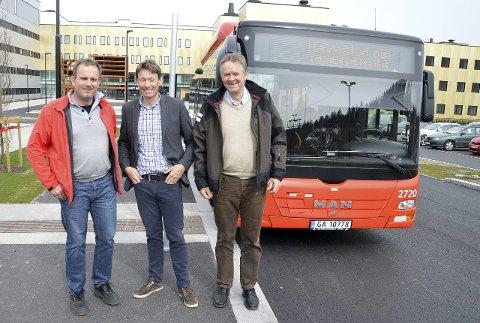 Fornøyde: Kjetil Gaulen og Børre Johnsen fra Østfold kollektivtrafikk og politiker Olav I. Moe er veldig godt fornøyd med buss-oppstarten ved Kalnes.foto: terje andresen