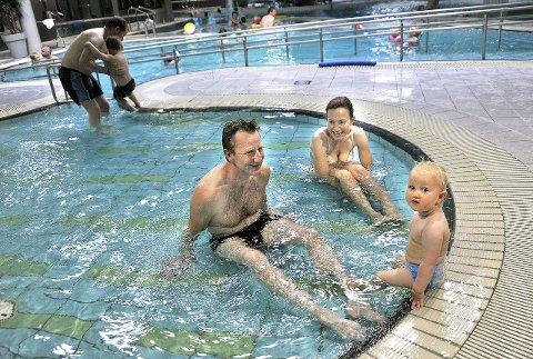 KOSER SEG: Linnea   fra Oslo storkoser seg på badelandet på Quality-hotellet sammen med mamma og pappa Merete og Egil Torp Furua.foto: Jarl morten andersen