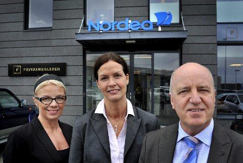 SPENNENDE: Banksjef Petter L. Pedersen synes det er spennende at det lokale  næringslivet øker salget. Her sammen med Nina Eileen Svendsen og  banksjef Elisabeth Falch Skjønhaug.
