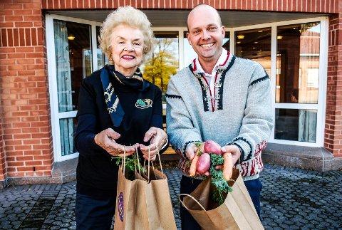 GODT OG GRØNT: Eva Lileng fra Skjeberg bygdekvinnelag overrakte  ordfører Sindre Martinsen-Evje en pose fylt med norske grønnsaker.
