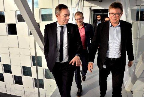 BESØK: Borregaard-sjef Per A. Sørlie (t.h.)  får stadig besøk av statsrådene. Tirsdag var turen kommet til EØS- og EU-minister  Frank Bakke-Jensen. I bakgrunnen direktør i NHO Østfold,  Roald Gulbrandsen.