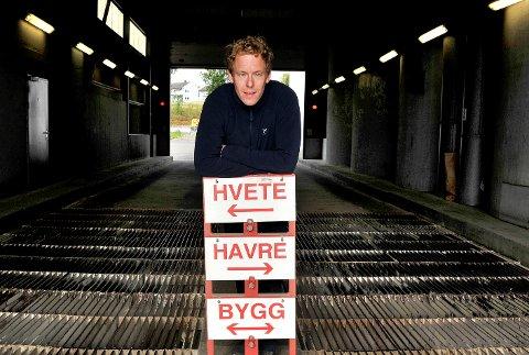 SNART I HUS: Magnus Talberg, daglig leder for Østfoldkorn, anslår at rundt 95 prosent av kornarealet i Sarpsborg-distriktet er tresket. Noe vårhvete står fortsatt utresket.