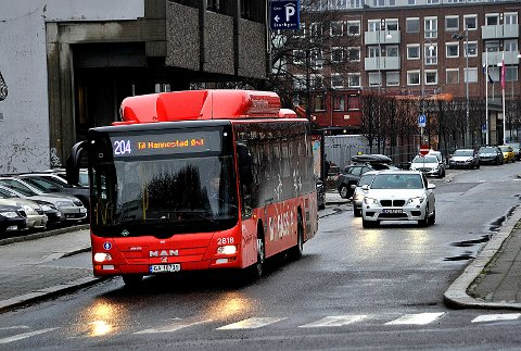 KORONA-MERKES: Bussene skal merkes med hvor mange som kan være med om bord.