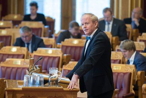 Lars Haltbrekken i SV ber Heggelund rydde i eget reir.