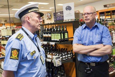 GÅR SAMMEN: Politistasjonssjef Trond Widme (t.v.) og butikksjef i Vinmonopolet i Askim, Rune Schrøder, synes de som driver med langing av alkohol til personer under 18 år, bør tenke seg om en gang ekstra.
