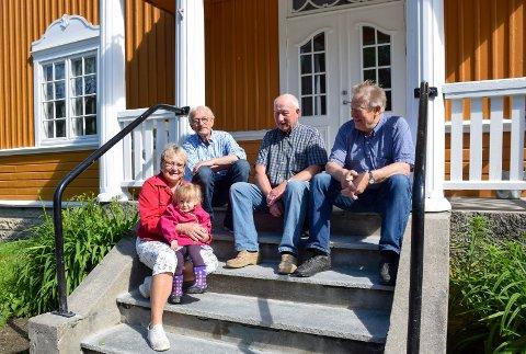 Dugnadsgjeng: Nykommer Bjørg Olava Homstvedt (2) med farmor Solveig Homstvedt foran. Jan Aasland (f.v.) (arkitekten), Ole Fjellengen (snekkeren) og Odd Ivar Dybvik (bonden og altmuligmannen).