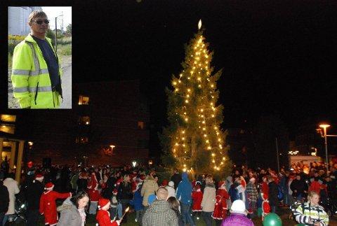 Gunnar Johnsrud (innfeldt) er på jakt etter årets julegran. På bilde er grana fra 2009.