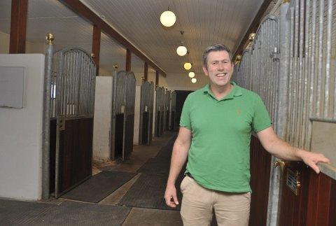 Ole Jørgen Jørgentvedt forteller at ingen hester i hans stall er syke av salmonella.