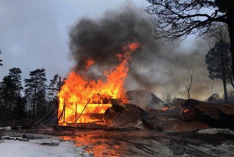 Uthuset sto ikke til å redde og brannmannskapene har satt all innsats inn på å hindre spredning.