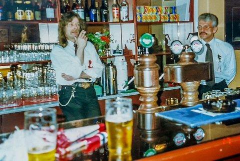 Trivdes som Pub vert: Morten Solberg forteller at han raskt fant seg til rette i rollem som pubvert. Her avbildet sammen med sin gode kollega Per Svendsen.