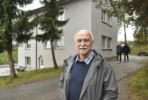 Olav Calidonio Strand, daglig leder i driftsoperatør Ostra Consult AS, forteller at de ønsker å fortsette å drive mottak i Hobøl. Her står han foran en av bygningene som nå står tomt.