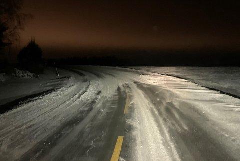 Selv om veien virker brøytet, kan den være gjenføyket rundt neste sving. Dette bildet er tatt på fylkesvei 115 i Tosebygda tidlig torsdag morgen.
