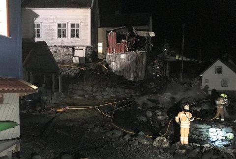 Brannvesenet jobbar framleis med ettersløkking av brannen i Undredal.