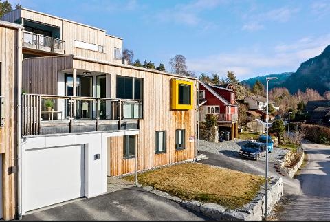 SELT: Mange var interesserte i denne nyare bustaden i Sogndal. No er den selt langt over prisantydning.