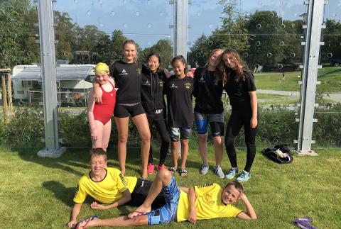 Til venstre første rad: Elvira Selvik Nygaard, Caroline Fjellstad, Amilie Malde Carlsen, Amanda Malde Carlsen, Kari Kalvenes Drengstig og Julie Marie Høie. Til venstre andre rad: Collin van der Hoff og Simen Schmitz-Lund.