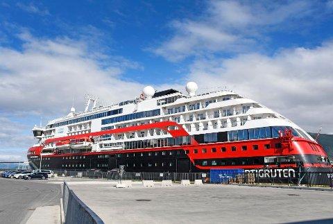 I alt 36 besetningsmedlemmer og fem passasjerer er påvist koronasmitte i forbindelse med de to seilasene med hurtigruteskipet Roald Amundsen siden 17. juli. Fire ansatte er innlagt på Universitetssykehuset Nord-Norge.