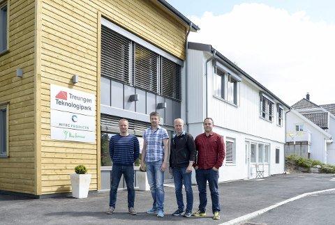 ÅPNET: Kai Halvor Juva, Rune Johansen, Paul-Willy Sætane og Joh Oddvar Jermansen foran nybygget til Treungen teknologipark. FOTO: NILS JUL LANDE
