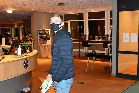 PÅ PLASS: Her er Gilli Rólantsson på Clarion Hotel Bryggeparken tirsdag kveld. Foto: Kristian Holtan